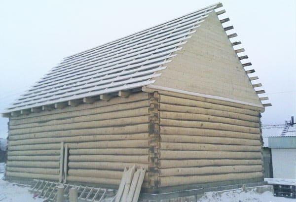Сруб 6х6 с мансардной крышей. Рубка в лапу