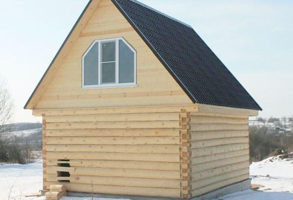 Сруб дома с мансардной крышей. Рубка в лапу
