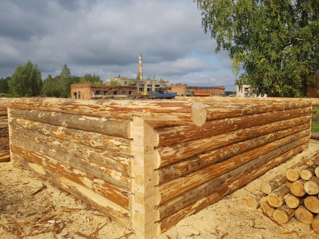 Дом 6 на 4 метра — обработка бревна под скобель