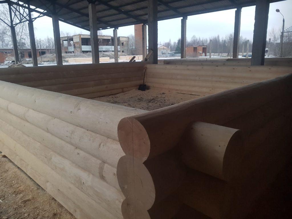 Дом 8 на 8 — сруб с красивой бревенчатой террасой