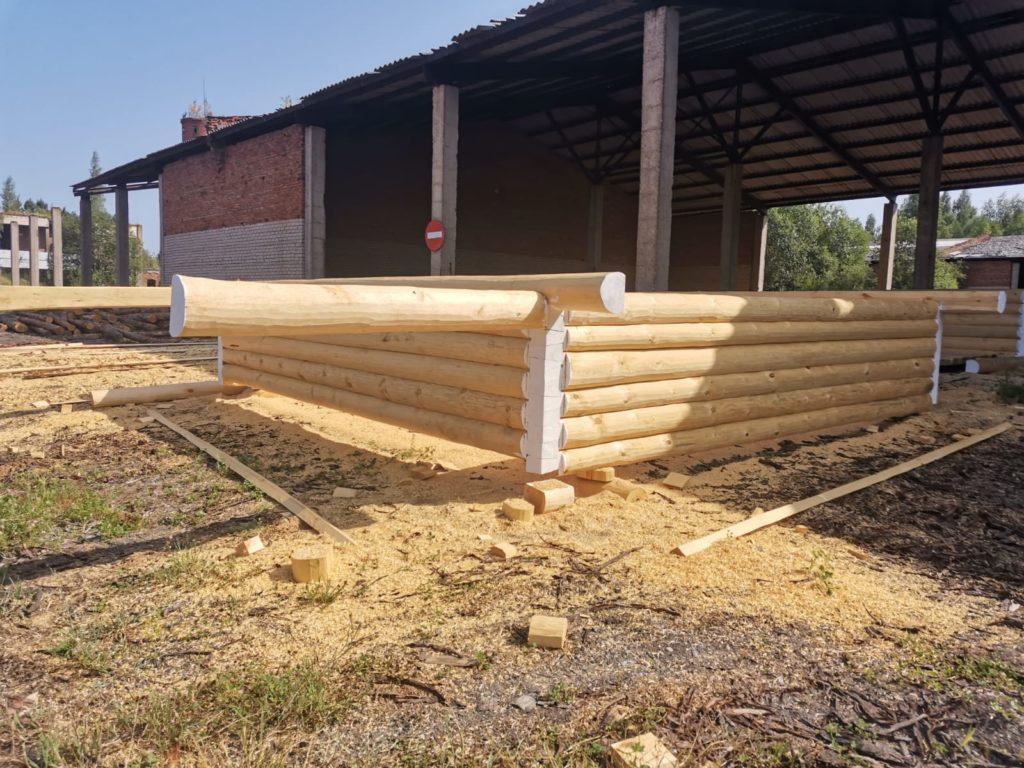 Сруб 6×6 с террасой 2 метра («в лапу» полулафет)
